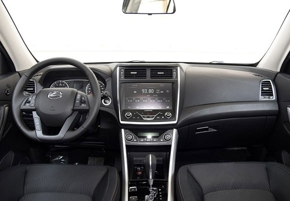 来到瑞风s5的车内,可以看到整体设计风格比较时尚,中控台由一整条银色